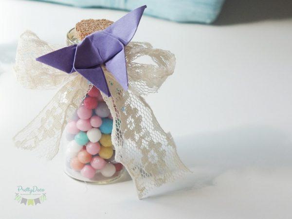 marturii nunta sticlute cu bomboane colorate dantela si fluturas origami marturii de nunta sticlute bomboane